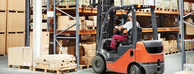 Lagerarbejder med truck
