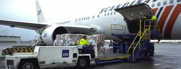 Lufthavnsoperatør laster fly med gods fra specialtruck