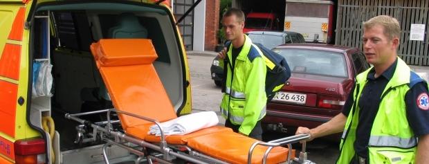Redderelev med ambulancefører og båre