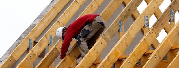 Tømrerlærling i tagkonstruktion