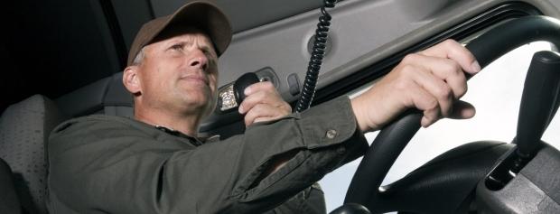 Lastbilchauffør bakker op til læsserampe