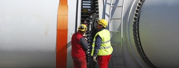 To teknikere ved vindmølle