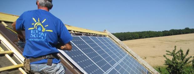 Vvs-energitekniker lærling monterer solfangere på tag