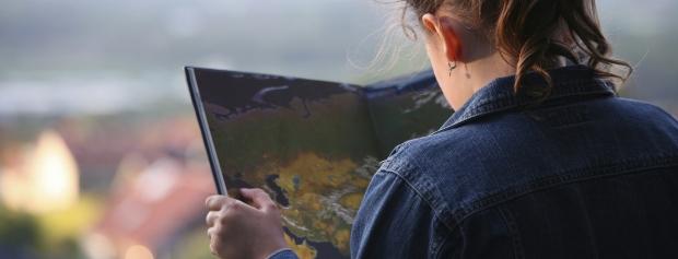 Ung kvinde ser i atlas