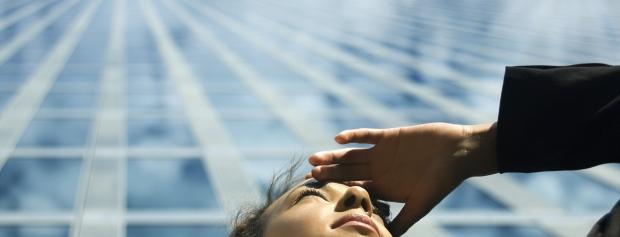 Pige der spejder mod solen