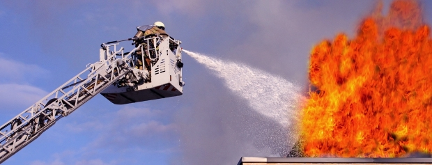 Brandmænd slukker brand i lastbil