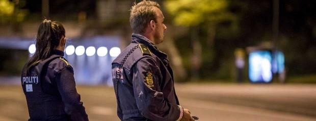 To politibetjente på aftenpatrulje