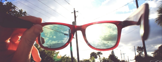 En gade set i nyt perspektiv gennem et par briller