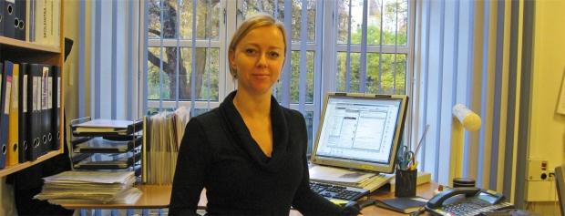 Foto af skolesekretær Louise Hansen på kontoret