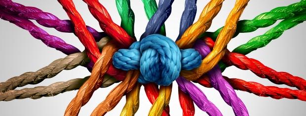 Forskelligfarvet bånd knyttet sammen