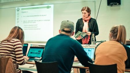 Foto af lærer og elever i en gymnasieklasse