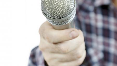 Interviewer med mikrofon