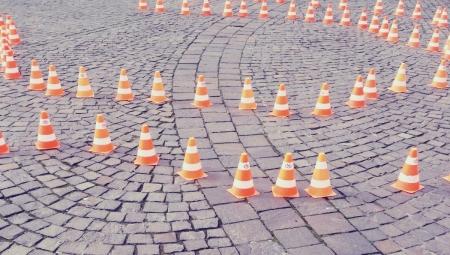 Trafikkegler opstillet på gade